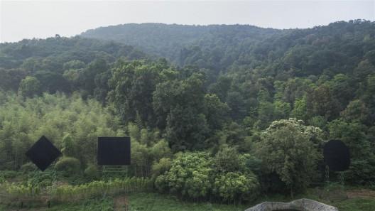 "艺术家刘韡最早曾于2008年展出的作品《暗物质》,在""山中美术馆""特定场所中重现。/ The work by Liu Wei, ""Dark Matter"", which first appeared in 2008, makes a site-specific reappearance in ""Mountain Sites: Views from Laoshan."""