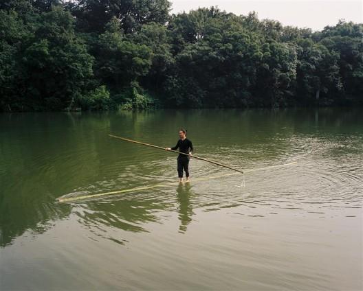 """唐狄鑫行为作品《天无草帽大》中的水上部分。/ The parts above water for Tang Dixin's performance work """"Shooting the Moon."""""""