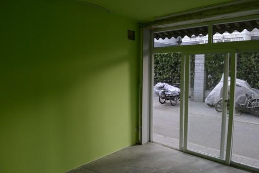 "He Chi, ""Next Door"", 2016, installation view 何迟《隔馆》,展览现场,2016 Courtesy of Arrow Factory (箭厂空间)"