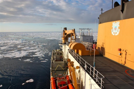 在ICESCAPE任务中凭借蒸汽通过北冰洋的美国海岸巡防队破冰船USCGC Healy号(WAGB-20),一项思考如何改变北极圈的环境的研究影响了海洋化学性质和生态系统,2011年7月(摄影:NASA/凯瑟琳·汉森)/ U.S. Coast Guard ice breaker USCGC Healy (WAGB-20) steaming through the Arctic Ocean during the ICESCAPE mission, to study how changing conditions in the Arctic affect the ocean's chemistry and ecosystems, July 2011. Photo: NASA/Kathryn Hansen.