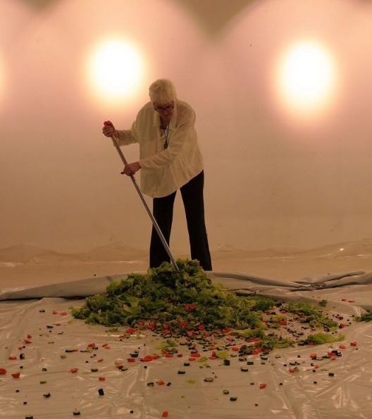 Alison Knowles(美国),《制作沙拉》,2016年10月23日,丹麦文化中心。摄影:依子雷 / Alison Knowles, US,