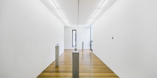 "尼娜·卡内尔,""反射⽳"",展览现场(感谢LEO XU PROJECTS提供配图) / Nina Canell, ""Reflexology"", installation view. Courtesy Leo Xu Porjects."