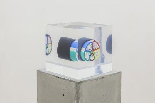 "尼娜·卡内尔,《简单音节(重)》,地下电缆、亚克?、混凝?,16.5 x 16.5 x 111 cm(感谢LEO XU PROJECTS提供配图) / Nina Canell, ""Brief Syllable (Heavy)"", subterranean electricity cable, acrylic,concrete, 16.5 x 16.5 x 111 cm, 2016. Courtesy Leo Xu Projects."