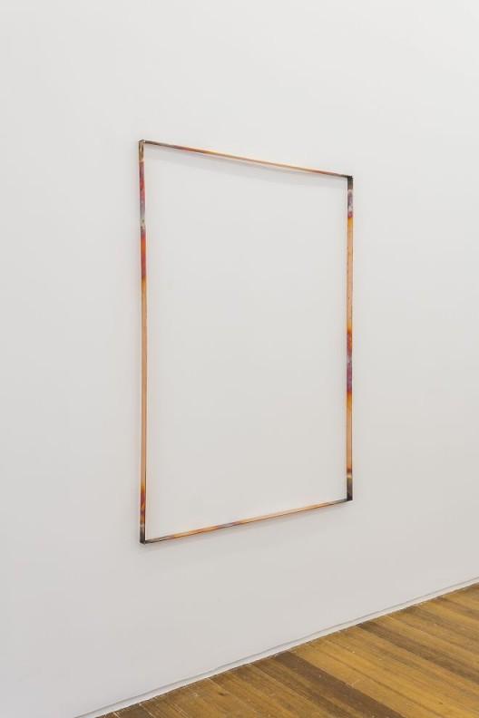 """尼娜·卡内尔,《自由空间通路遗失》,高温、氧化指纹、铜管,84.5 x 2.5 x 117 cm,2016 (感谢LEO XU PROJECTS提供配图) / Nina Canell, """"Free-space Path Loss Heat"""", oxidized fingerprints, copper, 84.5 x 2.5 x 117 cm, 2016. Courtesy Leo Xu Projects."""