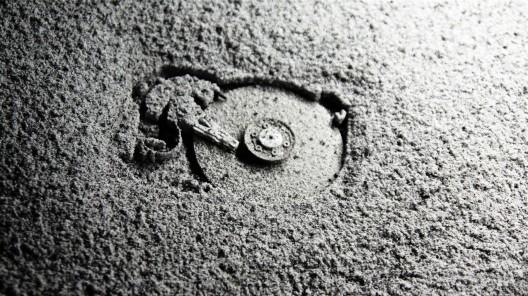"""格雷戈里·夏通斯基和多米尼克·西罗伊斯,《末世化石》,材料包括碳、矿物、稀有的土元素,尺寸可变,2013–2015(图片由中国北京独角兽艺术空间提供)/ Grégory Chatonsky and Dominique Sirois, """"Telofossils"""", material including coal, minerals, rare earth elements, dimensions variable, 2013–2015. Courtesy UNICORN Art, Beijing, China."""