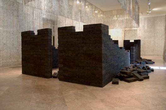 【联合国.dna长城】 2001【联合国.dna长城】 2001年制作于谷文达工作室(上海) 人发帘,人发砖 3550 × 620cm, Gu Wenda, installation view at M21 Musuem