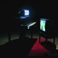 Hu Jieming, Related to Happiness, 1999, electric piano, television, 3 minutes 16 seconds 胡介鸣,《与快乐有关》,1999,电钢琴、电视机