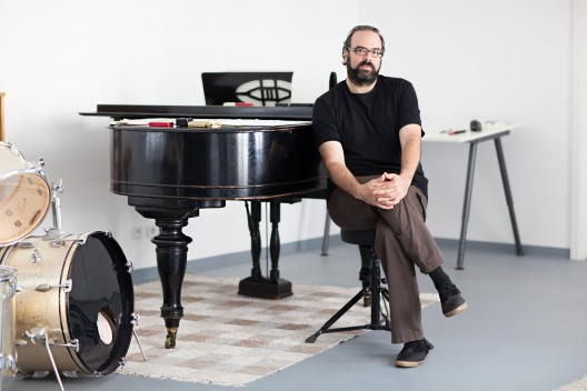 Composer Ari Benjamin Meyers in seinem Studio in berlin Kreuzberg.