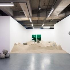 周奧(Joao Vasco Paiva)于香港馬凌画廊展出的作品《青洲》(2016)。周奧2008年毕业于创意媒体学院艺术硕士(创意媒体)课程。 Joao Vasco Paiva, Green Island, 2016, courtesy the artist and Edouard Malingue Gallery. Joao Vasco Paiva earned his MFA at the CityU School of Creative Media in 2008.