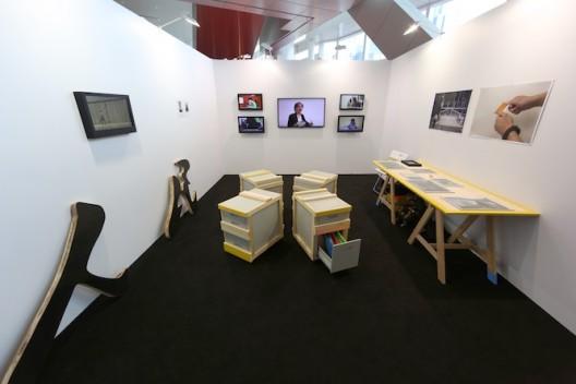李继忠于2014年巴塞尔艺术展香港展会,Para Site中的装置作品《人民档案》。李继忠2014年毕业于创意媒体学院艺术硕士(创意媒体)课程。