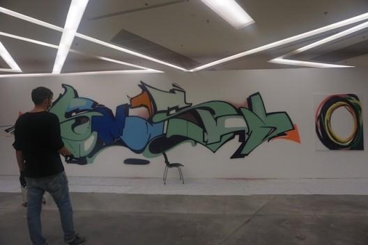 「艺术与媒体策展」主修范畴的学生去年邀请瑞士艺术家 Adrian Falkner (Smash137) 参展。