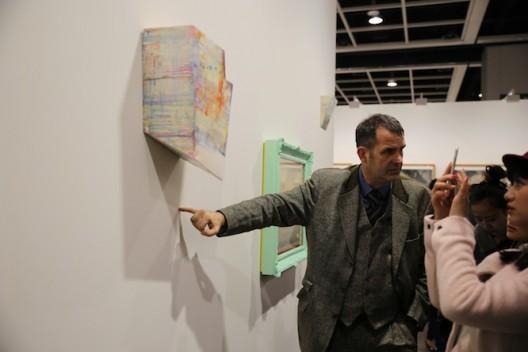Harald Kraemer博士每年都会带领「艺术与媒体策展」主修范畴的学生到香港亚洲巴塞尔艺术展实地考察。