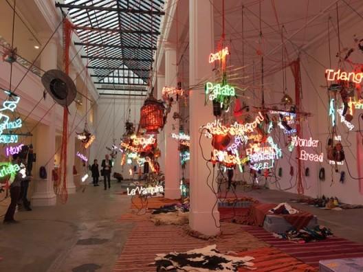 "Jason Rhoades, ""Tijuanatanjierchandelier"", 2006 贾森·罗兹,《蒂华纳丹吉尔吊灯》,2006"