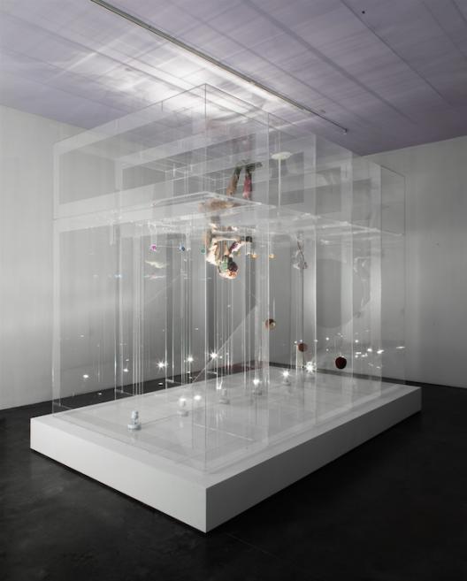 "David ALTMEJD, ""The Eve"", 2014, Plexiglass, polystyrene, polyurethane foam, quartz, epoxy clay, epoxy gel, synthetic hair, glass eye, resin, coconuts, steel, sesame seeds, synthetic flower, synthetic branch, flock, metal wire, lighting system including fluorescent lights, thread, 302 × 244 × 399 cm, Courtesy of the K11 KollectionDavid ALTMEJD,《The Eve》,2014,Plexiglas亞加力膠板、聚苯乙烯、聚氨酯泡沫、石英、環氧粘土、環氧凝膠、人造頭髮、玻璃義眼、樹脂、椰子、鋼、芝麻籽、人造花、人造樹枝、棉束、金屬絲、照明系統包括螢光燈、線,302 × 244 × 399公分,鳴謝K11藝術典藏"