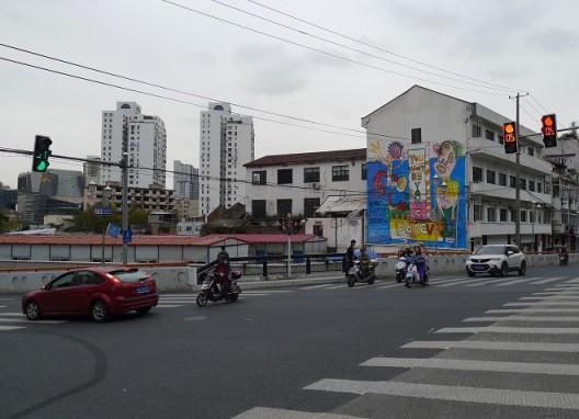"""奶粉Zhou,《喂咖仆逼特》,丙烯、喷漆于墙面,约1140(高)x 960(宽)cm,2016 / Nathan Zhou, """"wake up beat"""", acrylic, spray paint on the wall, ca. 1140 (H) x 960 (L) cm, 2016"""