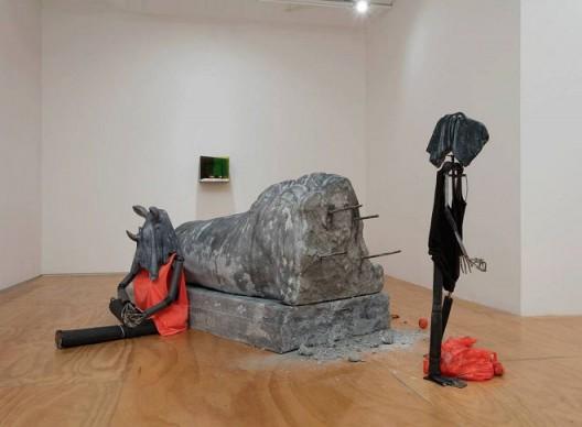 Ajay Kurian 《梦想家》,2016 泡沫、建筑材料、大理石、反光镜、钢材、油漆、服装、塑料、砂、油漆、铝带、线和苹果