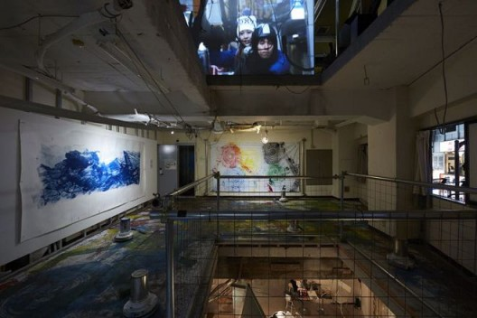 "Chim↑Pom,《人们造了一座城》(左)、《五环》(中)和《都市悖论》(地板装置),2016(版权:Chim↑Pom;鸣谢:艺术家和东京MUJINTO Production)/ Chim↑Pom, ""The People Make the City"" (left), ""Five Rings"" (center), and ""Downtown Paradox"" (floor installation), 2016 (© Chim↑Pom; courtesy of the artist and MUJINTO Production, Tokyo)"