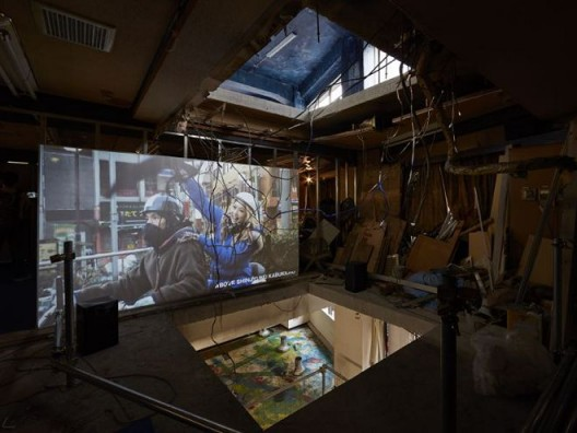"Chim↑Pom,《死亡的漆黑》,2008、2016(版权:Chim↑Pom;鸣谢:艺术家和东京MUJINTO Production;摄影:KENJI MORITA)/ Chim↑Pom, ""Black Of Death"",  2008, 2016 (© Chim↑Pom; courtesy of the artist and MUJINTO Production, Tokyo; photo by KENJI MORITA)"