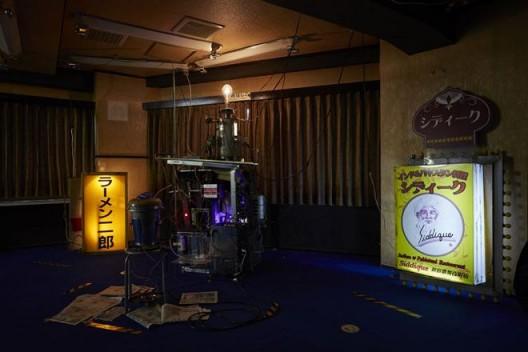 "Chim↑Pom ,《力比多电力转换机""Erokitel""版本》(版权:Chim↑Pom,鸣谢:艺术家和东京MUJINTO Production,摄影:KENJI MORITA)/ Chim↑Pom, ""Libido-Electricity Conversion Machine 'Erokitel' Fifth Version"" (© Chim↑Pom; courtesy of the artist and MUJINTO Production, Tokyo; photo by KENJI MORITA)"