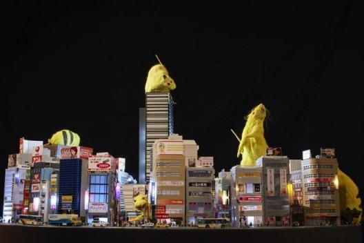 "Chim↑Pom,《超级老鼠 – 实景模型新宿– 》,2016(版权:Chim↑Pom;鸣谢:艺术家和东京MUJINTO Production;摄影:KENJI MORITA)/  Chim↑Pom, ""SUPER RAT –Diorama Shinjuku–"", 2016 (© Chim↑Pom; courtesy of the artist and MUJINTO Production, Tokyo; photo by KENJI MORITA)"