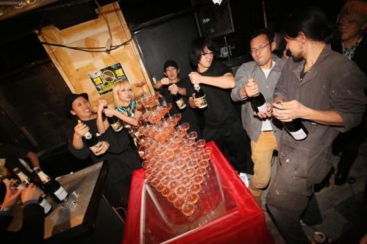 Chim↑Pom的成员在开幕派对上祝酒(摄影:YUKI MAEDA) / Chim↑Pom members make a toast at the opening party (photo by YUKI MAEDA)