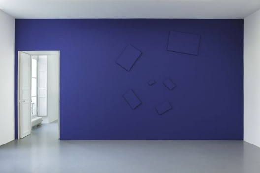 """Claude Rutault, de-finition/method """"elements in a spiral"""", 1976. Paint on canvas, variable dimensions according to the actualization. Here: actualization on blue wall: 355 × 365 cm / 139 3/4 × 143 11/16 in"""