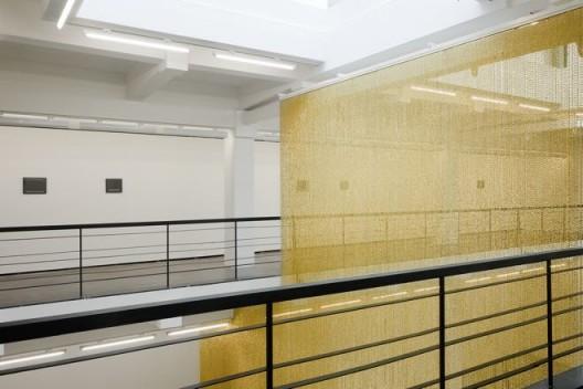 """费利克斯·冈萨雷斯-托雷斯,《""""无题""""》(金),串珠和悬挂装置,尺寸可变,1995年。""""费利克斯·冈萨雷斯-托雷斯"""",展览现场。上海外滩美术馆。2016年9月30日–12月25日。策展人:拉瑞斯·弗洛乔,李棋。© 费利克斯·冈萨雷斯-托雷斯基金会。纽约安德烈娅·罗森画廊惠允 / Felix Gonzalez-Torres,"""
