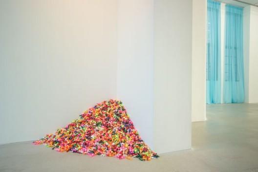 """费利克斯·冈萨雷斯-托雷斯,《""""无题"""" 》(罗斯在洛杉矶的肖像), 糖、彩色玻璃包装纸,数量无限,总尺寸可变,理想重量:175磅,1991年。""""费利克斯·冈萨雷斯-托雷斯"""",展览现场。上海外滩美术馆。2016年9月30日–12月25日。策展人:拉瑞斯·弗洛乔,李棋。© 费利克斯·冈萨雷斯-托雷斯基金会。Felix Gonzalez-Torres,"""