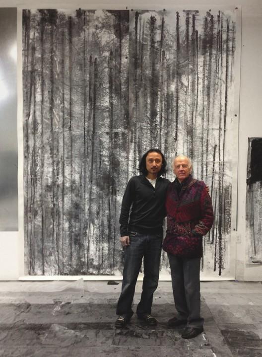 插图10 郑重宾与迈克尔·苏立文教 授在其工作室。 他们身后的 作品为《带有体积的线型》 (二〇一一年作,图版一九)。