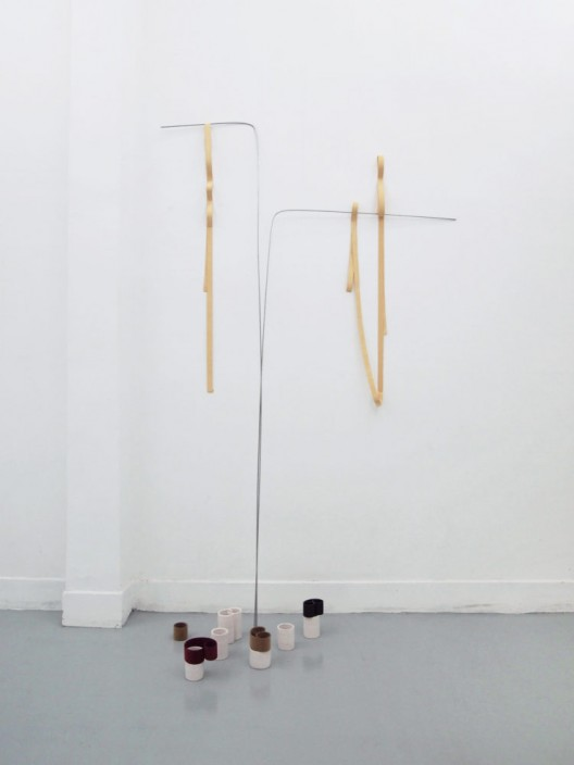 "He Yida, ""Tie up loose ends"", Elastic band, stainless steel rod, ceramic, slap bracelet, sealed with chamois leather cloth, Dimension variable, 2014 何意达,《有始有终》,松紧带、空心钢管、陶土、金属自束带包鹿皮布,尺寸可变,2014"