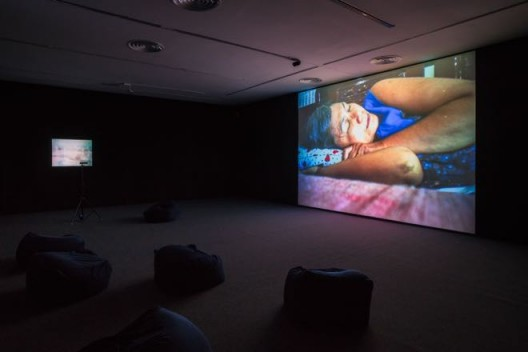 "Apichatpong WEERASETHAKUL,""Async - First Light "", Single-channel video,11:03 mins,Music by Ryuichi Sakamoto; a poem by Arseny Tarkovsky, narrated by David Sylvian,2017((courtesy of Apichatpong Weerasethakul and ShanghART Gallery, photographer Alessandro Wang)) 阿彼察邦·韦拉斯哈古,《Async - 第一束光 》,单路视频,音乐:坂本龙一;诗:阿尔谢尼·塔尔科夫斯基(由戴维·西尔维恩朗诵),2017(图片来自艺术家阿彼察邦•韦拉斯哈古以及香格纳画廊,摄影师为Alessandro Wang)"