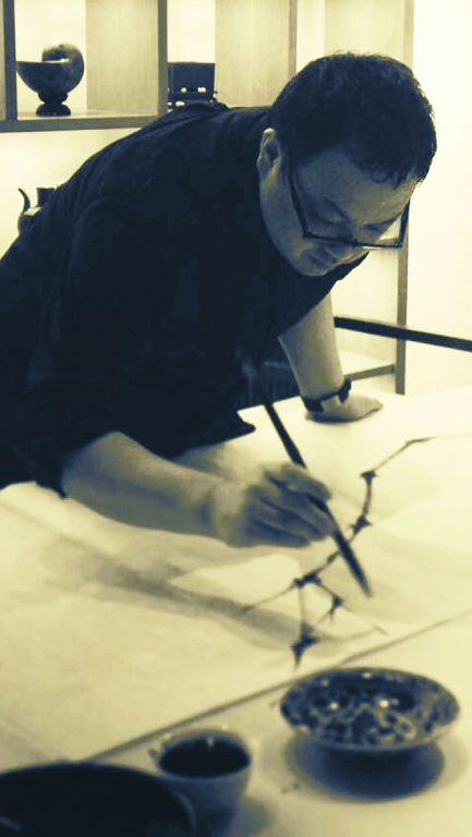 郑力在画室创作。(图片由艺术家及汉雅轩提供) ZHENG Li painting in his studio.