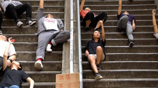 """""""Fall like a feather"""", Performative act in various locations in Hong Kong, Video documentation, 11'15"""", sound, color 《坠落如羽》,行动表演于香港多处地区演出,录像纪录11'15"""", 有声彩色"""