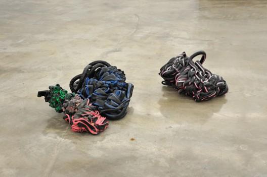 Nina Canell, Shedding Sheaths (H) (detail), 2015 Fiber-optic cable sheaths, concrete尼娜·加奈尔,《Shedding Sheaths》 细节图,2015年 Fibre-optic cable sheaths, concrete