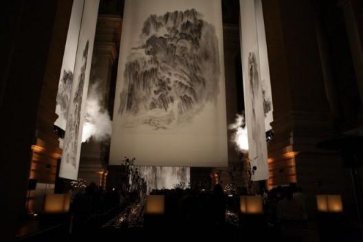"""2009年,《山不厌高:徐龙森山水画展》,比利时布鲁塞尔皇家法院。(图片由艺术家提供) """"XU Longsen: On Top of A Thousand Mountains"""", Palace of Justice, Brussels, Belgium, 2009. (Image Courtesy of the Artist)"""