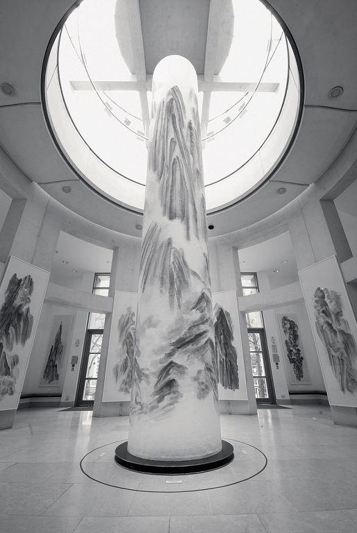 2011年,《山水图腾:徐龙森山水艺术展》,英国伦敦大学Brunei Gallery。(图片由艺术家提供) 'Shanshui Totem - Xu Longsen Shanshui Art Exhibition', The Brunei Gallery, University of London, UK, 2011. (Image Courtesy of the Artist)