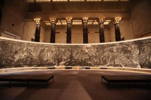 """2013年,徐龙森,《江山行旅:中国古今山水画展》,美国堪萨斯城,纳尔逊‧阿特金斯艺术博物馆。(图片由艺术家提供) XU Longsen, """"Journey through Mountains & Rivers: Chinese Landscapes Ancient & Modern"""", The Nelson-Atkins Museum of Art, Kansas City, MO, USA, 2013. (Image Courtesy of the Artist)"""