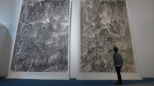 """2015年,《万壑如摧》、《万木如风》,公共空间,阿布扎比艺术展,阿布扎比,阿联酋。(图片由艺术家及汉雅轩提供) """"The Invincible Mountains"""" and """"The Dynamic Forest"""", Beyond, Abu Dhabi Art, Manarat Al Saadiyat, Saadiyat Cultural District, UAE, 2015. (Image Courtesy of the Artist and Hanart TZ Gallery)"""