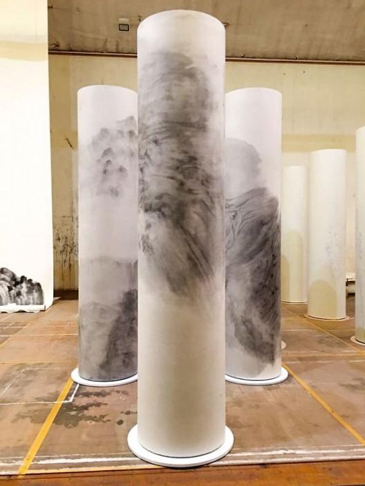 """徐龙森,《如意柱之一》(前),《如意柱之二》(左),《如意柱之三》(右),装置:水墨纸本 木柱,310 x 直径 67 cm,2016(图片由艺术家提供) XU Longsen, """"Ruyi Pillar No. 1"""" (front), """"Ruyi Pillar No. 2"""" (left), """"Ruyi Pillar No. 3"""" (right), Installation: Ink on Paper, Wooden Column, 310 x Diameter 67 cm, 2016 (Image Courtesy of the Artist)"""