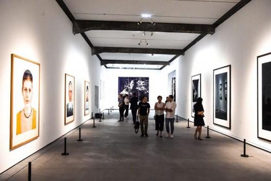 Minsheng Art Museum: Thomas Ruff; Katharina Sieverding / Photo: Daniel Biskup