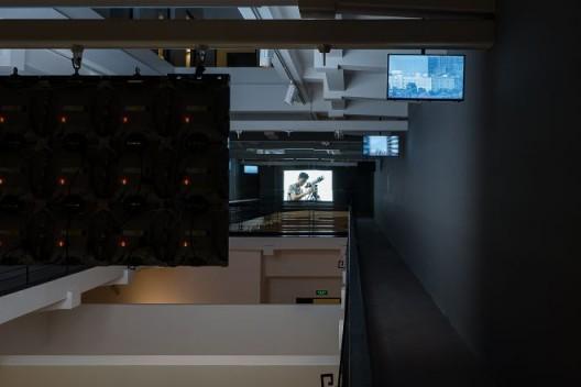 """李明,《变焦》,2014年,双频道高清录像,彩色,无声,23分7秒 """"HUGO BOSS亚洲新锐艺术家大奖 2017""""展览现场图,上海外滩美术馆,2017年 Li Ming, Zoom, 2014, dual-channel HD video, color, silent, 23'7'' Installation view of """"HUGO BOSS ASIA ART 2017"""", Rockbund Art Museum,2017"""