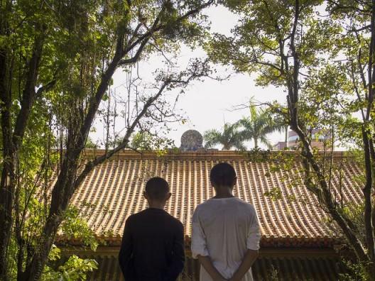 2.曹良宾,《基隆忠烈祠》,双面 LED 灯箱与灯片,90 x 120 cm,2016(图片提供:艺术家与TKG+ Projects) Liang-Pin Tsao, Keelung Martyrs' Shrine, 2016. Two-sided LED lightbox with backlit transparency, 90 x 120 cm. (Courtesy of the artist and TKG+ Projects)