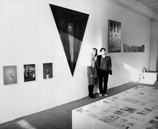"""Monika Sprüth, George Condo at the exhibition 'Bilder-Zeichnungen', Monika Sprüth Galerie, Cologne, 1984 ©  Sprüth Magers 莫妮卡•斯普鲁斯,乔治·康多,在展览""""Bilder-Zeichnungen""""中,Monika Sprüth Galerie,科隆,1984© Sprüth Magers"""