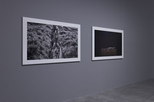 右:《中空之地 - 1》,艺术微喷/收藏级别相纸,170 ×104.5 cm,2017 左:《中空之地 - 2》,艺术微喷/收藏级别相纸,170 ×104.5 cm,2017 (图文资料由长征空间提供,拍摄:陈又维) Right: