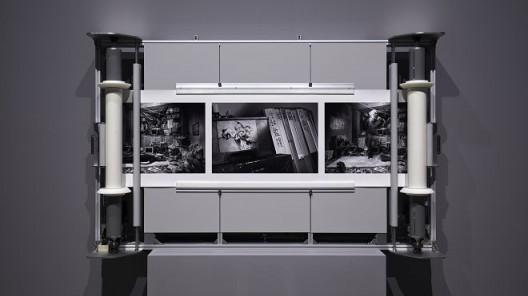 《星辰图》,黑白相纸/机械滚动条,210 × 131 × 31 cm,2017(图文资料由长征空间提供,拍摄:陈又维)