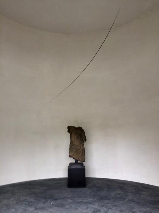 Otto Boll (b.1952, Germany) Untitled, 1994, Aluminium, steel, 400 cm, Edition 1 of 6, shown with classical torso. 奥托·鲍尔(德国,1952年生),《无题》,1994,铝,钢,400 cm,6个版中的第1版,与古典的躯干雕塑一同展示。