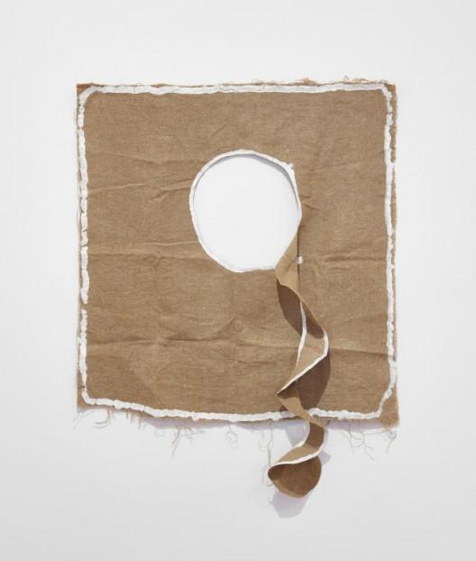 Barry Flanagan, Untitled, 1979, hessian, plaster and acrylic, 35 3/8 x 29 1/2 inches, 90 x 75 cm. © 2018 Barry Flanagan. Courtesy of Waddington Galleries. 贝瑞·弗拉纳根,《无题》,1979,麻布,石膏和丙烯,35 3/8 x 29 1/2英寸,90 x 75厘米,© 2018贝瑞·弗拉纳根,鸣谢沃丁顿画廊