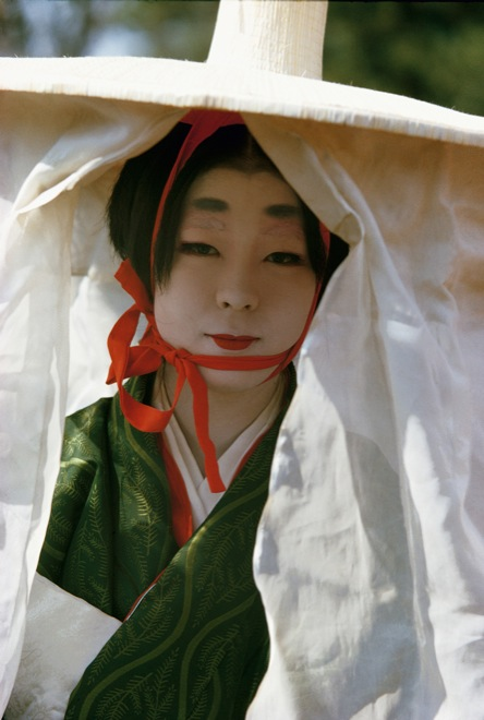 Brian Brake. Woman in Heian Period costume, Festival of the Ages, Kyoto, Japan, 1963. Collection Museum of New Zealand Te Papa Tongarewa, gift of Wai-man Lau, 2010. 布莱恩·布瑞克,《时代祭时身穿平安时代服饰的女士,日本京都》,1963。新西兰国家博物馆藏品。刘惠文先生于2010年捐赠。