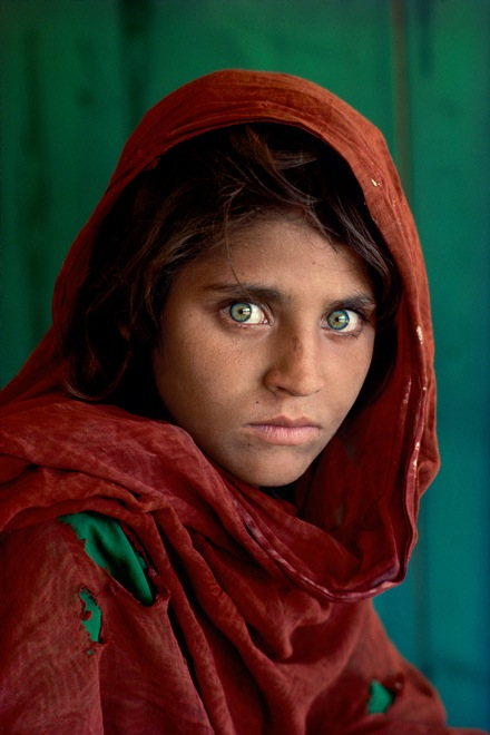 "Steve McCurry. Sharbat Gula, ""Afghan Girl"", at Nasir Bagh refugee camp near Peshawar, Pakistan, 1984. © Steve McCurry. 史蒂夫•麦凯瑞,《""阿富汗女孩""沙尔巴特•古拉,巴基斯坦白沙瓦附近的纳席巴难民营》,1984 © 史蒂夫•麦凯瑞"