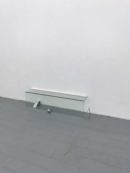 何意达,《无题》,2018,锡箔,不锈钢,玻璃,石膏粉,112 x 95 x 27.5 cm 玻璃部分: 27.5 x 18 x 100 cm © 图片由艺术家与马凌画廊提供 He Yida,